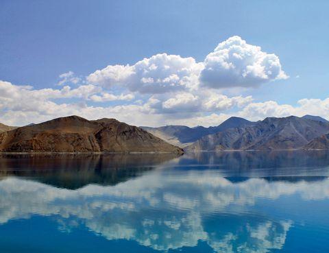 <p>Al lago Pangong Tso, en el Himalaya, se llega por carretera desde la ciudad india de Leh. Si como a Charlotte Gainsbourg en Melancolía te inquieta este momento apocalíptico que vivimos, es el lugar donde encontrar la paz.</p>
