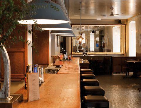 <p> En pleno corazón de Triball acaba de abrir este local casi clandestino, al estilo de los bares de moda del Lower East Side de Nueva York. Arianna della Marina lo ha decorado brillantemente con muebles rescatados de un antiguo estanco de la Gran Vía. Podrás optar por más de 25 cócteles, algunos tan sofisticados como el Piedra Lunar, elaborado a base de elixires caseros. Aunque la especialidad es la ginebra, también encontrarás la cerveza Cibeles, 100% castiza. Además, ofrecen chacinas de la casa López Pascual y una escogida carta de tés y cafés.  <br /><strong>Barco, 4, Madrid.</strong></p>