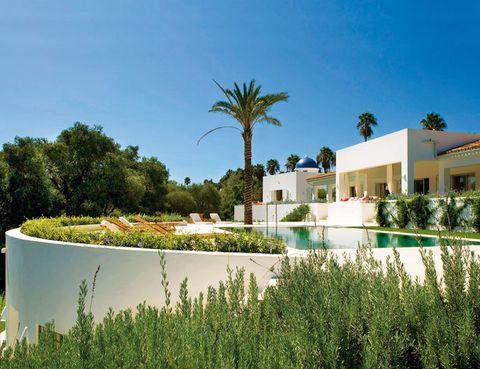 <p>La luz mediterránea se multiplica en los muros y fachadas de blanco inmaculado y en constante diálogo con el entorno natural: un exuberante jardín. El verdor realza los volúmenes de la casa, y el agua de la piscina en altura se une a esta fiesta de luz y frescura.</p>