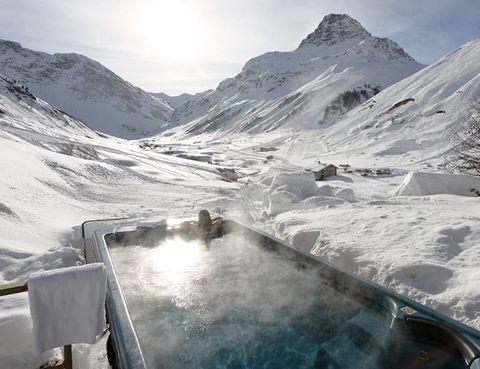 <p>Este es el espectacular jacuzzi de Le Chardon. El chalet <strong>está alejado del centro de Val d'Isère</strong>, pero ofrece unas de las mejores vistas de la estación. Nada como <strong>disfrutar del silencio en su terraza</strong> o dándose un burbujeante baño caliente al aire libre.</p>
