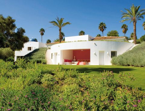 <p>A sol y sombra, este delicioso porche en la planta inferior permite disfrutar de la belleza del jardín.</p>