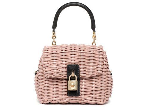 <p>Nos ha encantado este bolsito tan lady de <strong>Dolce & Gabbana</strong> en rafia rosa palo con cierre de candado dorado. Súmalo a tu armario por 1.090 €</p>