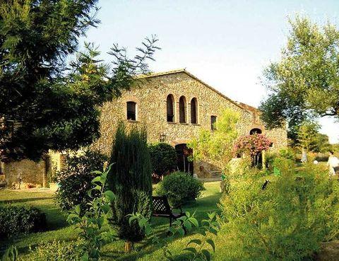 <p>Esta masía cuenta con más de cuatro siglos, y está muy cercana a la localidad de Forellac. Tiene 7 dobles (desde 120 euros), decoradas con gusto exquisito, y un jardín que es una verdadera preciosidad.</p><p>Tel. 902 01 26 37.</p>