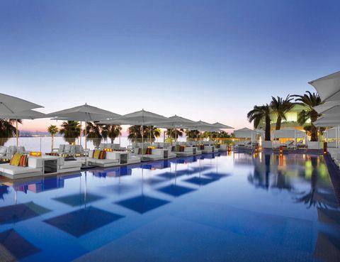 <p>El hotel W de Barcelona presume de una de las mejores terrazas de la ciudad a orillas del Mediterráneo. Hasta las 19 h abre para los clientes, y al público en general entre esa hora y las 3 h con fiestas temáticas y los mejores djs. ¿Nuestra sugerencia? Un cóctel Indian Summer junto a la gran piscina.&nbsp&#x3B; <strong>Plaça de la Rosa del Vents, 1.</strong></p>
