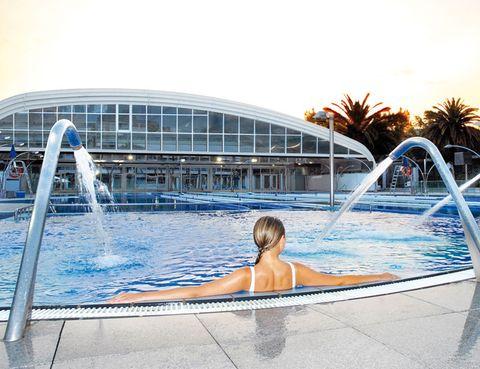 """<p>En la cadena catalana <a href=""""http://www.dir.cat/es/"""" target=""""_blank"""">DiR</a> hay un programa de ejercicio acuático para cada persona. Con <strong>Aquafitness</strong> harás un completo entrenamiento aprovechando la resistencia que ofrece el agua. Las sesiones de <strong>Aquagim</strong>, intensas y divertidas, combinan entrenamiento cardiovascular, tonificación y streching. Con <strong>Aqua Cardio</strong> mejorarás tu resistencia aeróbica combinado actividades como step, circuitos, juegos o ritmos. Aqua Fit tiene un objetivo mixto: mejorar el tono muscular y la resistencia cardiovascular. Con <strong>Aqua Balance</strong> encontrarás el equilibrio corporal a través de ejercicios funcionales, estiramientos y movilidad articular. <strong>Aquadynamic/ABD </strong>de Les Milles es una sesión coreografiada al ritmo de la mejor música del momento que incluye 10 min de trabajo para la musculatura abdominal. Las clases de <strong>Aqua GAC</strong> están pensadas para tonificar piernas glúteos y abdominales. Y <strong>si buscas algo realmente intenso, prueba Aqua Extrem</strong>: te llevará al límite de tus posibilidades cardiovasculares y de resistencia muscular. Como dicen los expertos de DiR, """"todo el mundo puede hacer clases acuáticas y los beneficios son muchos"""": menos impacto articular y riesgo de lesión; mejoras cardiovasculares y de retorno venoso; aumento de la fuerza, potencia y resistencia muscular; entrenamiento global; <strong>gran quema calórica y bienestar psicológico</strong>.</p>"""