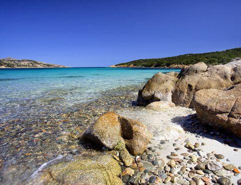 Las islas Cíes, al norte, y La Gomera o El Hierro, al sur, obsequian con paisajes y vistas inigualables.