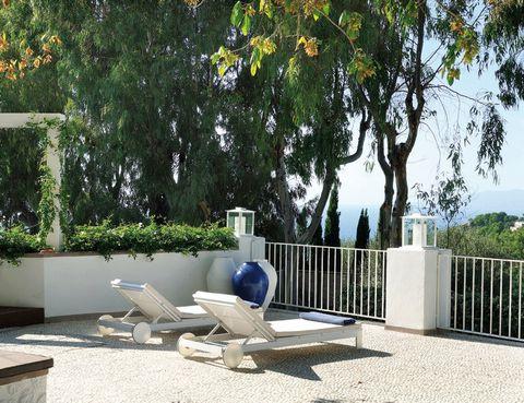 <p>Asomada a exquisitas vistas al mar Tirreno, esta casa en Capri está vestida con muros encalados y suelo de piedra. Los ajardinados espacios exteriores y las terrazas se han equipado para propiciar el descanso, por ejemplo, con las tumbonas Na Xemena, de la firma Gandia Blasco.</p>