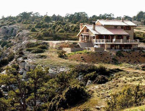 <p>La Sierra de Gúdar rodea este alojamiento de montaña, a 1.700 m de altitud. Reserva tu estancia, tienen 18 plazas, por 50 euros cada adulto y 15 euros para los niños hasta 6 años. Incluye desayunos.&nbsp;</p><p>Tél. 978 72 81 90.</p>