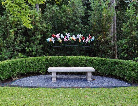 <p>En este delicioso rincón del jardín, figuras coloristas de la artista Tara Conley rompen la uniformidad del follaje.</p>