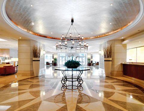 <p>Acaba de ser premiado con el Gold Magellan por sus servicios de congresos y negocios. Y es que este elegante y moderno hotel de 5 estrellas, en el centro financiero de Lisboa, posee entre otras señas de calidad, el centro de conferencias más grande de la ciudad. Desde 92 euros. Corinthia Lisboa.Tél.00 351 217 23 63 63.</p>