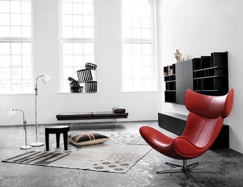 <p>La butaca Imola, al. 110 cm, desde 1.603 €, preside este espacio, decorado con la estantería Volani, 1.495 €, de Bo Concept. </p>