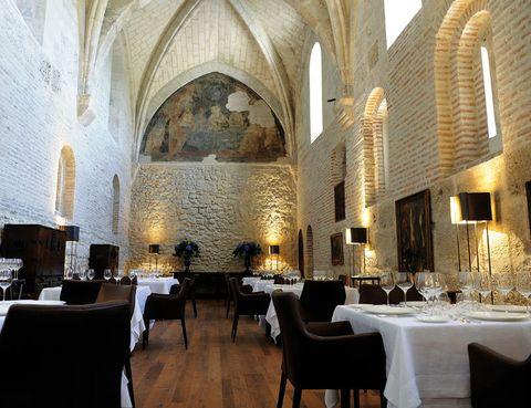 <p> La bodega Abadía Retuerta estrena hotel de lujo. En el antiguo refectorio abovedado del monasterio, el chef suizo Urs Bieri propone platos como la terrina de foie con gelée de Gewürztraminer. ¿Un plus? Los vinos elaborados en exclusiva para el restaurante.<br /><strong>Carretera N-122, km 332, 5, Sardón de Duero, Valladolid, tel. 983 68 03 68. Precio medio: 90 €.</strong></p>