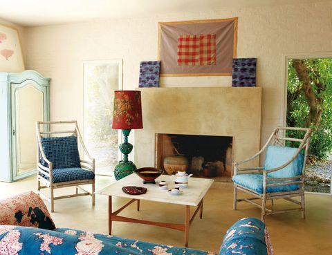 <p>El living de la casa, en la planta baja y conectado al patio con zona de estar. Sobre la chimenea, un tapiz de Isabelle Ducrot.</p>