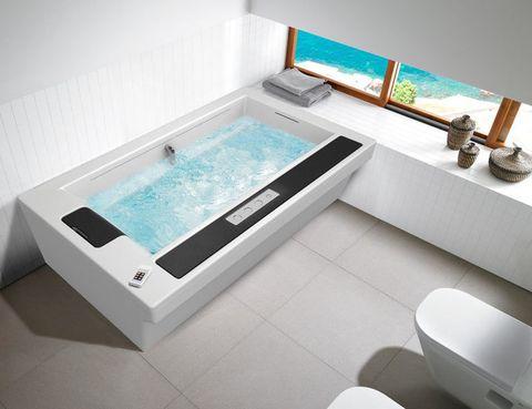 <p>Con hidromasaje de innovadoras cascadas laterales, In-Flow de Roca, de diseño ergonómico, con reposacabeza y asiento lateral.</p>