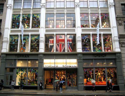 """<p>Es nuestra tienda favorita para perdernos dentro y salir cargadas de bolsas. <a href=""""http://www.topshop.com"""" target=""""_blank""""><strong>Topshop</strong></a>, y en concreto el de Oxford Street, es el lugar donde estarías horas si vivieses en Londres.</p>"""