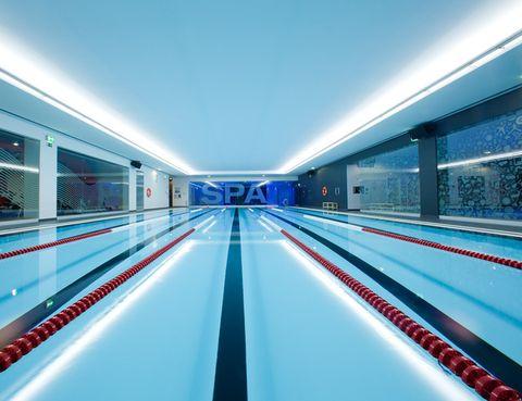 """<p><strong>Si te gusta nadar, te encantará el Club del Nadador</strong> de<a href=""""http://www.virginactive.es/"""" target=""""_blank""""> Virgin Active</a>, donde realizarás un entrenamiento de alta intensidad con tablas, aletas, pull-boys, palas o maoplas; las clases V-Swim te ayudarán a mejorar tu técnica si aún no eres una gran nadadora. Si buscas algo más divertido, te encantará el Aquafitness: 50 minutos en los que tonificarás cada músculo de tu cuerpo al ritmo de la música. <strong>¿Tienes poco tiempo? Entonces apúntate a las clases de V-Aqua</strong>, en las que el trabajo en el agua dura sólo 20 minutos. Además, en todos los clubes Virgin Active cuentan con Escuela de Natación para bebés, niños y adultos, clases con entrenadores personales, <strong>partidos de waterpolo, cronometrajes, bautismos de buceo y momentos chill out</strong>, en los que los focos subacuáticos de la piscina y la música chill out crean un ambiente espectacular para nadar. Súper explosivo. ¿Eres fan del entrenamiento funcional? Prueba las clases de <strong>TNT-Aqua, basadas en el entrenamiento TNT-Fit</strong>: saltarás, nadarás, saldrás del agua para hacer flexiones, bucearás, subirás por una colchoneta, reptarás… ¡todo un reto!</p>"""