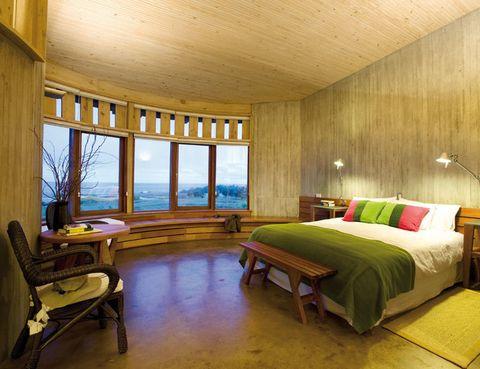 <p>Alojarse en este exótico hotel de Isla de Pascua, y en especial en su suite Raa de 44 m2, diseñada con un amplio mirador semicircular con vistas al mar, es toda una experiencia. Afuera, los acantilados y el paisaje volcánico, dentro la calidez de la decoración en madera y otros materiales naturales. Hab. doble desde 1.800 €, mínimo 3 noches.</p>