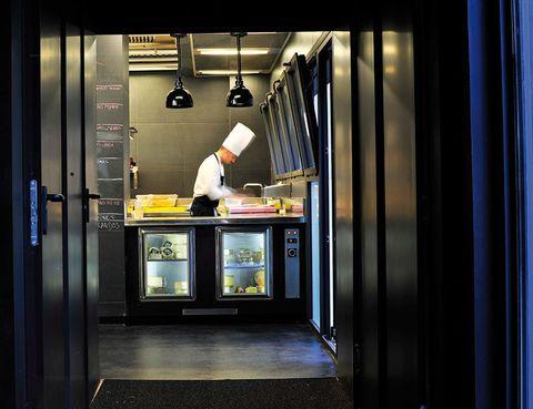 """<p>&nbsp&#x3B; <a href=""""http://www.almabarcelona.com"""" target=""""_blank"""">AlmaBarcelona</a> (Mallorca, 271. Telf: 93 216 44 90) se escapa de la normalidad. Tiene rincones fascinantes para soñar, como su jardín o su restaurante con cocina a la vista, y está a tan solo unos metros del Paseo de Gràcia, la arteria artística de la Ciudad Condal. La exclusividad de este 5* Gran Lujo está tan cuidada como la privacidad. Te encontrarás más que cómodo en sus estancias de 40 metros cuadrados (desde 205 euros), con televisión Loewe y acceso <i>wifi</i> y minibar gratuitos. En tu mesilla te espera <i>Barcelona con Alma</i>, una guía escrita con los secretos de la ciudad y aportaciones del escultor Jaume Plensa y del fotógrafo Manuel Outomuro, entre otros. &nbsp&#x3B;</p>"""