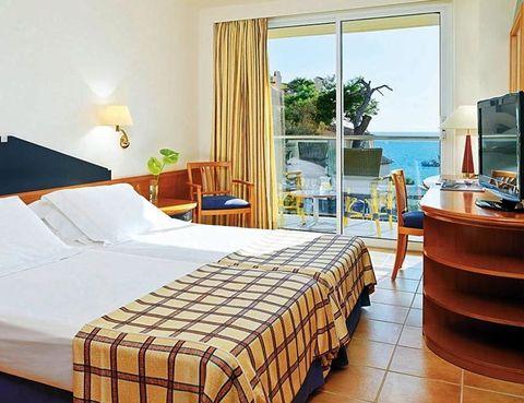 """<p> Quizá el <i>must</i> del <a href=""""http://www.hotelh10lido.com"""" target=""""_blank"""">H10 Lido</a> sea su situación junto a la playa de Camp de Mar, aunque precisamente enero no sea la mejor época para disfrutar de las aguas que bañan las Baleares. A cambio, te vas a cruzar con pocos huéspedes y las vistas de la bahía te pertenecerán casi en exclusiva. Está muy próxima la localidad de Andratx, conocida por ser refugio cosmopolita de los amantes de la vela y de algunas pequeñas fortunas. Selecciona una de sus 85 habitaciones, a partir de 75 euros con desayuno, o 135 euros si prefieres media pensión.<br /><a href=""""http://www.hotelh10lido.com"""" target=""""_blank"""">H10 Lido</a>. Camino del Salinar, 8. Camp de Mar (Andratx). Mallorca. Telf: 902 10 09 06</p>"""