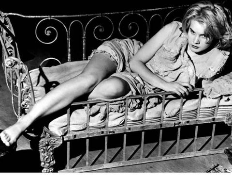 <p>Esta famosa imagen de la protagonista en una cuna dió la vuelta al mundo. Era el refugio de una post adolescente casada con un maduro algodonero, que espera paciente su primera noche en común. Un ambiente sensual y tórrido ideado por el escritor Tennessee Williams en la cuenca del Mississippi</p>