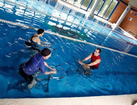 <p><strong>Si el calor te impide hacer spinning, prueba las clases de Aqua-Cycling</strong> de uno de los clubes más exclusivos de la capital, en las que, en menos tiempo, conseguirás más resultados, sobre todo una mayor tonificación y quema de calorías. <strong>¿Quieres esculpir tu cuerpo? Tu clase es Aqua-CicloTonic</strong>, una combinación de ejercicios de tonificación y Aqua-Cycling. La clase ideal si quieres mejorare el aspecto de tus piernas o tienes problemas de celulitis, ya que el agua produce un efecto masaje y activa la circulación. Si la idea de la bici no te atrae, puedes escoger entre clases de <strong>Aqua-Fit, Aqua-Relax, Buceo, Aqua-Baby, clases de natación o Club de nadador</strong> para los más expertos. Si te estás preparando para un triatlón, apúntate al Club de Triathlón, en el que sus expertos te ayudarán a entrenar, mejorar tu técnica, resistencia y velocidad de natación, ciclismo y carrera. Y <strong>después de entrenar, nada mejor que relajarte en el Circuito Termal</strong>, con chorros y cascada de agua.</p>
