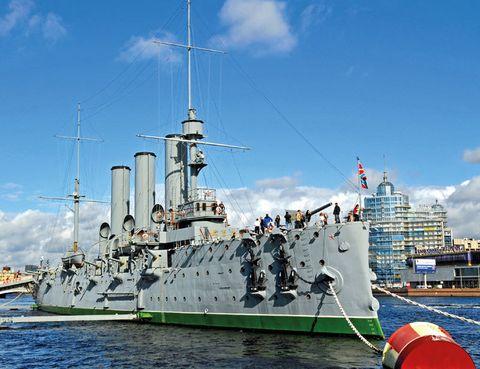 """<p>El acorazado Aurora anunció con un cañonazo el inicio de la Revolución Bolchevique el 25 de octubre de 1917. Años antes, en los albores del siglo XX, este crucero había sobrevivido a la batalla contra la flota japonesa en el mar Báltico. La nave se ha convertido en un museo flotante donde desgranar el devenir de la etapa soviética. La visita es gratuita y puedes llegar hasta aquí en metro (estaciones Chapayeva o Kuibysheva).</p><p><strong>• Lugar: Muelle Petrogradskaya (<a href=""""http://www.visit-petersburg.com/"""" target=""""_blank"""">www.visit-petersburg.com</a>).</strong></p><p><strong>• Fecha: Abierto de lunes a viernes. </strong></p>"""