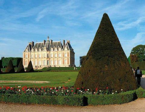 """<p> ¿Te imaginas escuchar la famosa aria de la ópera Aída frente a un auténtico château del siglo XIX? <a href=""""http://domaine-de-sceaux.hauts-de-seine.net"""" target=""""_blank"""">El Domaine de Sceaux</a>, situado a las puertas de París, programa noches líricas al aire libre. Puedes vivir esta experiencia única a partir de 39 euros, lo mejor es acceder con el tren RER B.<br /><strong>• Lugar: Castillo de Sceaux (Av. Claude Perrault, 8, en Sceaux y <a href=""""http://www.operaenpleinair.com"""" target=""""_blank"""">www.operaenpleinair.com</a>).</strong><strong> • Fecha: Del 31 de mayo hasta el 2 de junio.</strong></p>"""