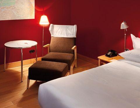 """<p><a href=""""http://www.casacamper.com"""" target=""""_blank"""">Casa Camper Berlín</a> inició un nuevo concepto hotelero, que viene a ser tu nuevo hogar en la capital alemana. Es un alojamiento pensado para los que les gusta viajar, pero con un toque muy especial. Tiene una ubicación estupenda, en pleno barrio judío berlinés; la funcionalidad queda fuera de toda duda, con detalles como <i>wifi</i> libre, y el interiorismo es muy vanguardista, aunque no resta comodidad a las 51 estancias (a partir de 149 euros). En la zona <i>Tentempié</i>, situada en la séptima planta, hay siempre disponible picoteo y bebidas no alcohólicas gratis, mientras admiras el <i>skyline</i> de la capital alemana.</p>"""