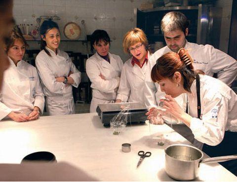 """<p>Su restaurante tiene una estrella Michelin, su pastelería es un placer para los sentidos y su escuela de cocina es toda una institución en Barcelona. Aquí se realizan tanto <strong>cursos para expertos como para aficionados, desde cata de vinos hasta alta pastelería</strong>. Si tus horarios son muy complicados, puedes apuntarte a sus talleres nocturnos de cocina. Entre sus monográficos de noviembre para aficionados nos encanta el de <i><strong>Hamburguesas: clásicas y creativas, El Pan a través de Anna Ballsolà, Del mercado a la cazuela</strong> con productos de temporada o Cup-Cake: pasteles decorados y macarons</i>. <a href=""""http://www.hofmann-bcn.com"""" target=""""_blank"""">hofmann-bcn.com</a>.</p>"""