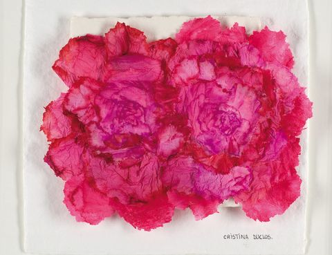 <p> Por la monumentalidad de sus obras, se la ha definido como la Louise Bourgeois española, pero Duclós no puede estar más alejada de la escultora estadounidense. «Y no creas que he tenido una vida fácil. Eso sí, paso de puntillas por los problemas y disfruto de las cosas que me dan felicidad», comenta. «En constante innovación», como explica la galerista Cristina Mato, de Ansorena, su objetivo es «la búsqueda de la paz», para lo que se inspira en la naturaleza: «Soy una vulgar imitadora de ella», se autodefine. Pero de vulgar, nada. Y ahora menos que nunca, cuando –como reconoce– se siente más libre. «He alcanzado una gran libertad. Empecé haciendo retratos, pero éstos te dejan fantasear menos. A mí me gusta mezclar la realidad con la imaginación». De ahí que ahora se centre más en la escultura y que, pese a trabajar materiales duros, su obra resulte evanescente. Y todo sin ser cursi, a pesar de ciertos recuerdos de infancia que están más cerca del mundo onírico que de lo naif. «Yo vivo soñando. Nunca bajo la persiana. Me duermo viendo las estrellas». Se nota. <br /><strong>Galería Ansorena, Alcalá, 52, Madrid. Hasta el 26 de mayo.</strong></p>