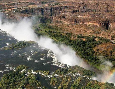 """<p>El explorador escocés, David Livingstone, bautizó al salto del río Zambeze, en la frontera de Zambia y Zimbabue con el nombre de la reina Victoria. El peculiar abismo por el que cae la enorme cortina de agua de las cataratas lo han convertido en uno de los espectáculos naturales más espléndidos, declarados Patrimonio de la Humanidad. <a href=""""http://www.zambiatourism.com"""" target=""""_blank"""">www.zambiatourism.com</a>.</p>"""