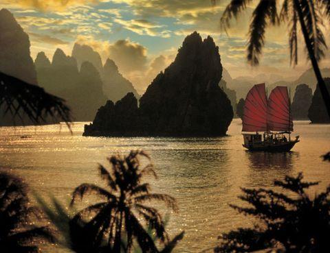 <p> «Tengo ganas de conocer esta bahía, uno de los enclaves más hermosos del mundo, desde que vi la película 'Indochina'. Por eso ahora he empezado a organizar mi viaje de novios allí». Rocío Álvarez de la Campa, Producción y Edición Gráfica. <br /><strong>Coordenadas:</strong> Esta bahía se despliega ante el puerto más importante del norte de país: Hai Phong. Pasa la noche en un barco de madera.</p>
