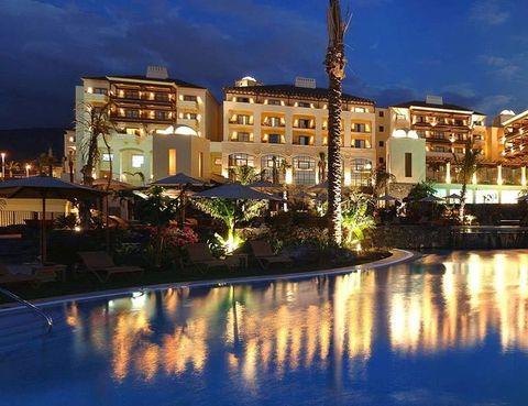 <p>Es uno de los 100 mejores hoteles del mundo, según la red de usuarios de la agencia de viajes Tui. Está localizado entre las playas tinerfeñas del Duque y La Caleta, espacios que verás desde sus dobles con jardín o solarium (a partir de 233 euros con desayuno bufé). Tiene piscinas y spa. Tel. 902 45 45 85.</p>
