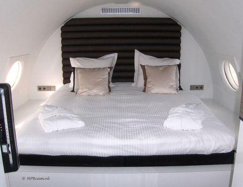 """<p>Estamos hablando de dormir en Vliegtuigsuite (350 euros), un avión, construido en 1960, que perteneció al gobierno de Alemania Oriental. La aeronave ha sido transformada por completo y, además de tener una cómoda cama, se ha instalado jacuzzi, sauna, televisor de plasma, cafetera, microondas y tecnología wifi. Por la ventanilla vas a divisar el aeropuerto holandés de Teuge, donde está ubicado. Este alojamiento tiene gran demanda, así que reserva ya. <a href=""""http://www.hotelsuites.nl"""" target=""""_blank"""">www.hotelsuites.nl</a>.</p>"""