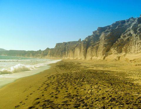 """<p> ¿Cuántas playas de arena negra conoces? Ésta, en Santorini, es una de las mejores, así que no pierdas la oportunidad de tumbarte en su paisaje lunar. Y para alojarte, elige el hotel Notos Thermes &amp; Spa o el Carpe Diem, dos templos de relax en estado puro. <a href=""""http://notosthermespa.com"""" target=""""_blank"""">notosthermespa.com</a>, hab. doble desde 250 €.<br /><a href=""""http://carpediemsantorini.com"""" target=""""_blank"""">carpediemsantorini.com</a>, hab. doble desde 430 €.</p>"""