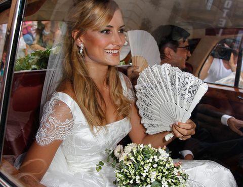 <p>Alba Carrillo ya adelantaba unos días antes del enlace que no sólo luciría un vestido, sino tres (todos firmados por Rosa Clará). La celebración se ha oficiado en el Patio Imperial del Alcázar del Monasterio de San Juan de los Reyes, en Toledo, tierra natal del tenista. En la imagen, la novia llegando al enlace.&nbsp;</p>