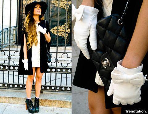 <p>Es look de Ángela nos ha enamorado: la elegante combinación de vestido blanco y capa negra, el floppy hat, el mítico bolso 2.55 de Chanel, los preciosos guantes con el maravilloso detalle del lacito… Pero lo mejor de todo es que no renuncia a sus botines Lita, sin duda un toque perfecto de personalidad.</p>