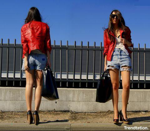 <p>¿Crees que tu cazadora negra es aburrida y estás cansada de ella? Da un paso más allá y hazte con una en color rojo, están más de moda que nunca y no te costará encontrar una perfecta para ti. Cuando la lleves no necesitarás más que una camiseta blanca básica, unos shorts con rotos y unos zapatos de cuña para conseguir un outfit perfecto como el de Olaya.</p>