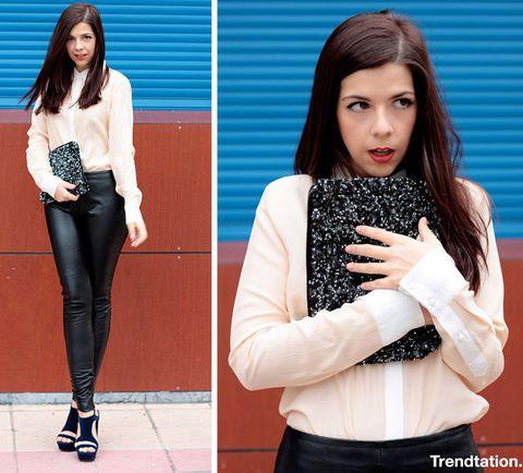 <p>Este tipo de pantalones quedan genial combinados con los básicos; Aiala lo sabe y combina los suyos con una camisa de seda de<strong> Zara</strong>, clutch de paillettes también de <strong>Zara</strong> y sandalias negras de taconazo.</p>
