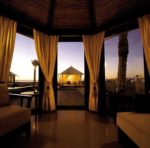 <p>Poder ver desde la cama de la villa Al Sahari las dunas del desierto es sólo una de las razones para elegir este resort. Además cuenta con baños de película, dormitorios al estilo de la más rica tienda beduina y terrazas climatizadas con piscina privada. Esta villa se encuentra apartada del resto del hotel, con un ambiente íntimo y romántico. Villa Al Sahari Tented Pool desde 716 € y villa Al Rimal Deluxe Pool desde 480 €.</p>