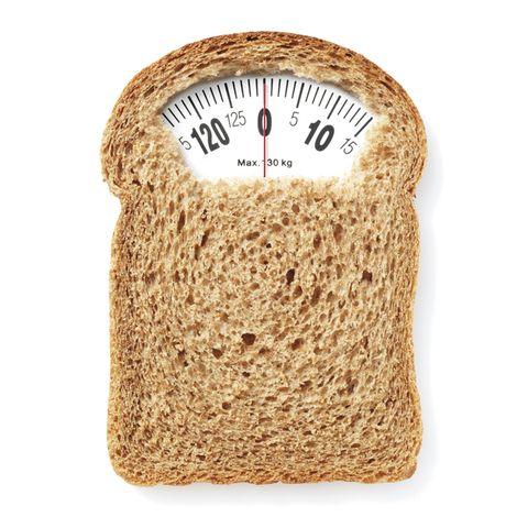 <p> <strong>¿En qué consiste?</strong> En hacer una dieta baja en hidratos de carbono de alto índice glucémico –ya que a la larga se traducen en grasa acumulada– y rica en proteínas. En total consumes 900 calorías al día, a ba-se de verduras de bajo índice glucémico, carne sin grasa y pescado blanco. Las preparas con las 20 recetas 'gourmet' propuestas por el chef Nacho Martín –salteadas, rehogadas, hervidas, al vapor o al horno, y con poco aceite de oliva–, y las combinas con barritas, cremas y postres de proteínas y chocolate. Tienes que tomar los complementos Siken Diet en las cinco comidas del día, en algunas ocasiones como postre y en otras como sustituto de desayuno, tentempié de media mañana o merienda. Y hay que beber 2 litros de agua al día, pero también están permitidas la tila, la menta, el poleo, la manzanilla y los refrescos 'light' que contengan menos de un 1% de hidratos de carbono. Y algunos edulcorantes para endulzar. Hay cinco 'packs chocodiet' para elegir; en cada uno de ellos encon-trarás las recetas y los complementos alimenticios necesarios para hacer dieta durante 5 días. Si lo prefieres, puedes intercambiar los menús y los complementos de la comida y la cena.<br /> <strong>Lo mejor.</strong> Se pueden perder hasta 3 kilos en 5 días. Los complementos son muy sacian-tes, por lo que no se tiene sensación de hambre, de modo que sin pretenderlo acabas comiendo menos. ¡Y es un plan ideal para las que no se ven capaces de renunciar al dulce!<br /> <strong>Advertencia:</strong> No puedes prolongarla más de 5 días, porque es deficiente en azúcares, vitaminas y minerales. Aunque no deberías repetir las dietas, si decides hacer esta por segunda vez tienes que descansar tres semanas. Y está contraindica-da en caso de embarazo, lactancia o trastornos alimentarios.<br /> <strong>Precio:</strong> 49,75 €/5 'packs'. <br /><strong>¿Dónde?</strong> El 'kit' completo pa-ra seguir la dieta se vende en farmacias y parafarmacias (más información: Laborato-</p>