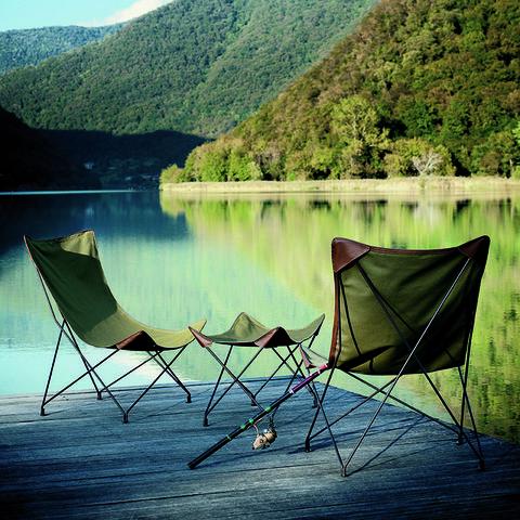 <p>Acércate al lago con las butacas (1.095 €/cu), y el taburete (790 €), en lona de algodón impermeable, de la col. <i>Lawrence</i>, de <strong>Roberto Dordoni</strong> para <strong>Roda</strong>. </p>