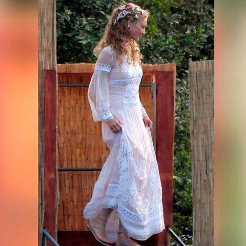 <p>El viernes los novios celebraron una fiesta previa con sus amigos y para esta ocasión Beatrice eligió un vestido boho en blanco con bordados de <strong>Alberta Ferretti</strong>, que también publicó la imagen en su Instagram. Lo combinó con unas sandalias planas y unas flores en el pelo.</p><p></p>