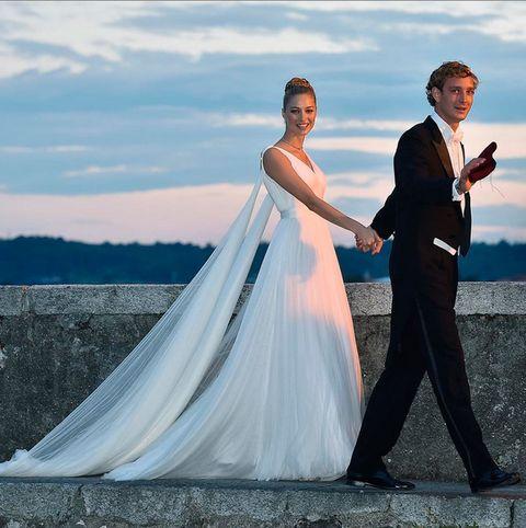 <p>Para la recepción de su boda religiosa los novios cambiaron de traje. El pasó del gris al negro y ella lució un diseño helénico de seda y tul espectacular. El vestido lo firma también <strong>Armani</strong> que compartió la foto en su Instagram.</p>
