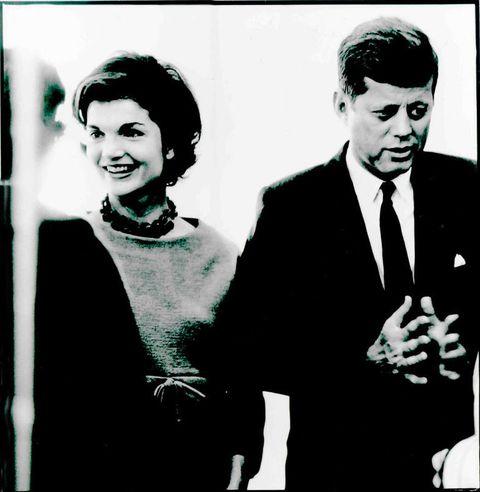 <p>Siempre fue la acompañante perfecta durante los actos públicos, y cómo no, siempre hacía gala de su eterna elegancia. En la imagen, con el collar '<strong>Jackie</strong>', y un look muy afrancesado. Su debilidad por la moda de la Alta Costura parisina como&nbsp;<strong>Chanel</strong>&nbsp;fue más allá, y&nbsp;le hizo llegar a transportar telas, botones y patrones hasta su país, para que le confeccionaran los modelos a su gusto en la <strong>Casa Blanca</strong> (o como ella le llamaba, <strong>Camelot</strong>).</p><p>&nbsp;</p>