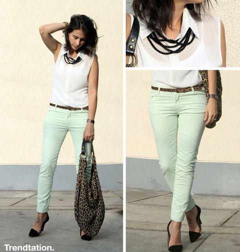 <p>Milagros combina sus pantalones en color mint con blusa blanca sin mangas y zapatos en color negro; el toque diferente lo aportan los complementos: bolso y cinturón de estampado leopardo y un collar colocado sobre el cuello de la blusa.</p>