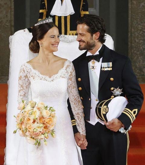 <p>El vestido de la novia es del diseñador <strong>Ida Sjöstedt</strong> (el tejido es del español José María Ruiz), y se caracteriza por el encaje de la parte de arriba, con escote en pico y mangas largas. Y un detalle de mucha importancia: las flores, elegidas por un grupo de 45 floristas y que incluye rosas, hortensias, claveles, guisantes, peonías... ¡Una oda al romanticismo!</p>