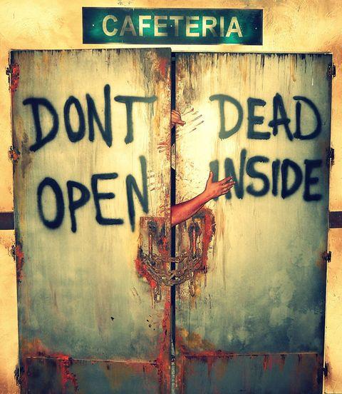 """<p>'The Walking Dead' se ha traslado de la pequeña pantalla al <a href=""""http://www.parquedeatracciones.es/"""" target=""""_blank"""">Parque de Atracciones de Madrid</a> en forma de pasaje del terror, el único de este género en Europa y el único del mundo abierto todo el año. Siguiendo un hilo conductor de principio a fin te sumergirás en el argumento de la serie visitando las recreaciones de los escenarios más conocidos como el hospital, la prisión, la casa del Gobernador, la granja o Terminus. Además, experimentarás los momentos más excitantes y aterradores de la serie gracias a sus localizaciones, caracterizaciones y efectos especiales. Te damos tres consejos para sobrevivir: corre, no mires atrás y apunta a la cabeza.</p>"""