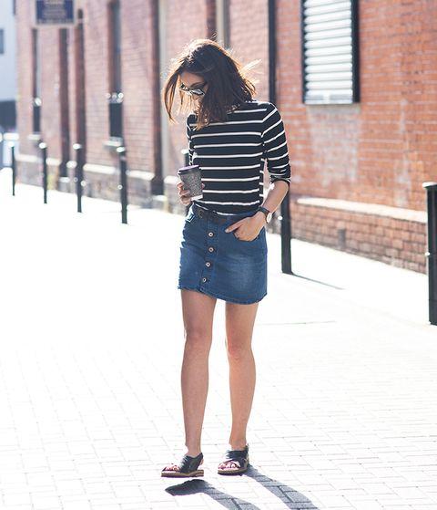 <p>Suma a tu falda vaquera corta, una camiseta de manga francesa o 3/4 para conseguir un look entre el calor exterior y el frío en el interior.</p>