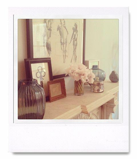 """<p>Sobre la encimera de una chimenea jarrones con flores, velas, cuadros con dibujos abstractos... Todo en tonos muy 'soft', consiguiendo una armonía ambiental muy en consonancia de la top más dulce, <strong>Miranda Kerr</strong> (<a href=""""http://instagram.com/mirandakerr"""" target=""""_blank"""">@mirandakerr</a>).</p>"""